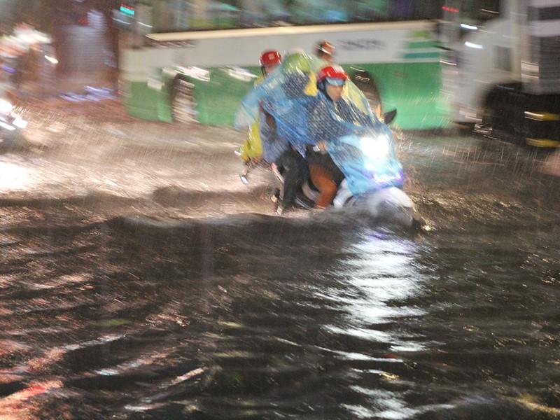Mưa như trút nước, đường biến thành sông - ảnh 2