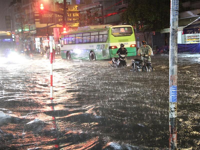 Mưa như trút nước, đường biến thành sông - ảnh 3