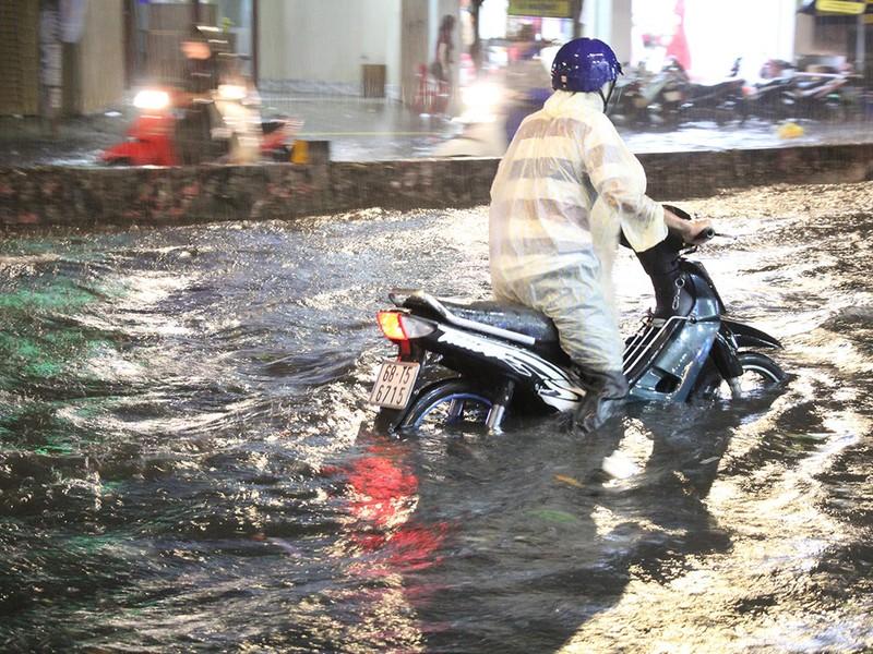 Mưa như trút nước, đường biến thành sông - ảnh 11
