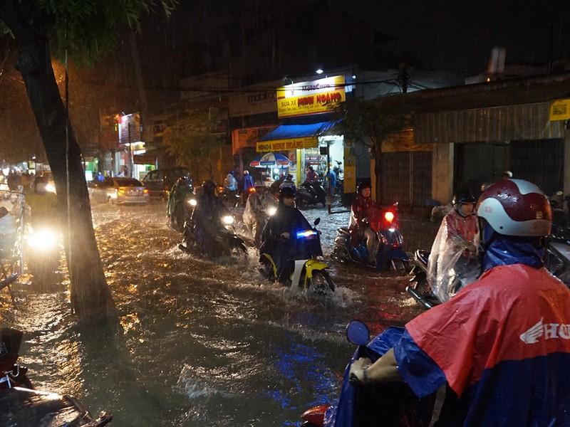 Mưa như trút nước, đường biến thành sông - ảnh 4