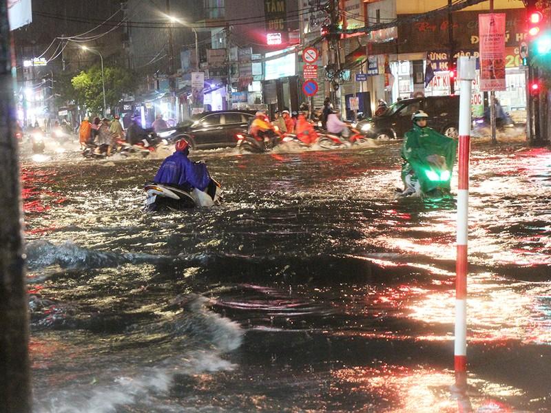 Mưa như trút nước, đường biến thành sông - ảnh 6