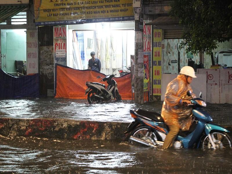 Mưa như trút nước, đường biến thành sông - ảnh 1