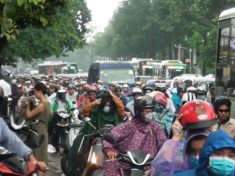 Mưa lớn, đường ngập giao thông hỗn loạn đầu tuần - ảnh 2