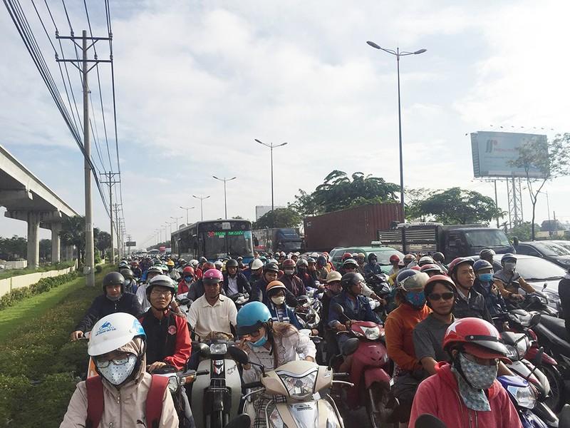 Kẹt xe kinh hoàng trên xa lộ Hà Nội - ảnh 3