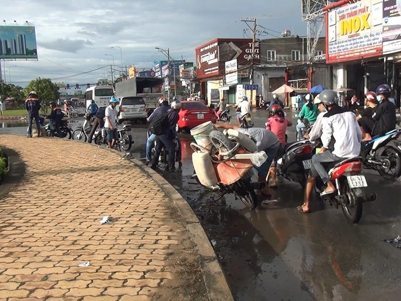 Quốc lộ 1A ngập chìm sau cơn mưa lúc sáng sớm - ảnh 4