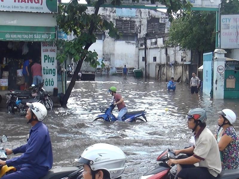 Quốc lộ 1A ngập chìm sau cơn mưa lúc sáng sớm - ảnh 1