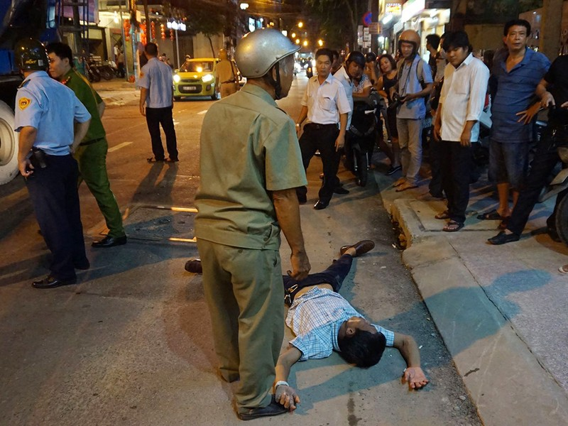 Nam thanh niên nằm vật giữa đường 'bắt đền' ông Hải - ảnh 1