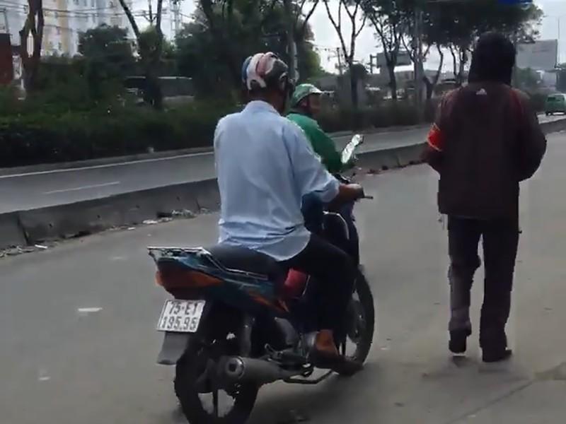 Nhóm xe ôm buộc cô gái đi bộ giữa trời nắng vì đặt Grab - ảnh 1