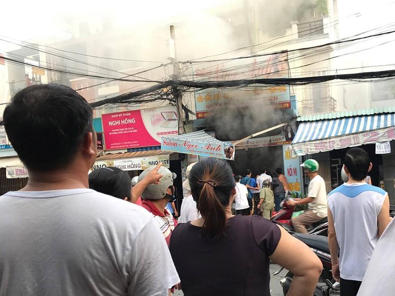 Cháy ở quận 7, chủ nhà kêu gào nhờ cảnh sát vào cứu con - ảnh 1
