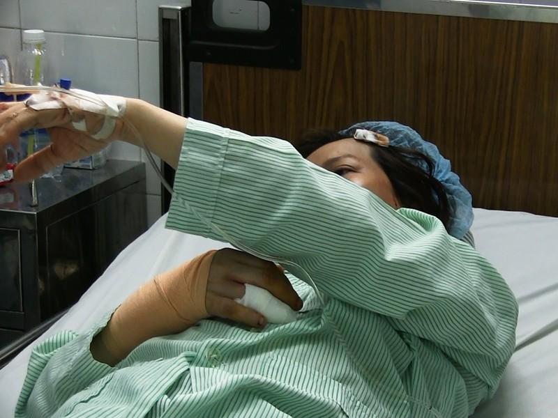 TP.HCM: Nữ bác sĩ bị cướp chém xối xả gần xa lộ Hà Nội - ảnh 1