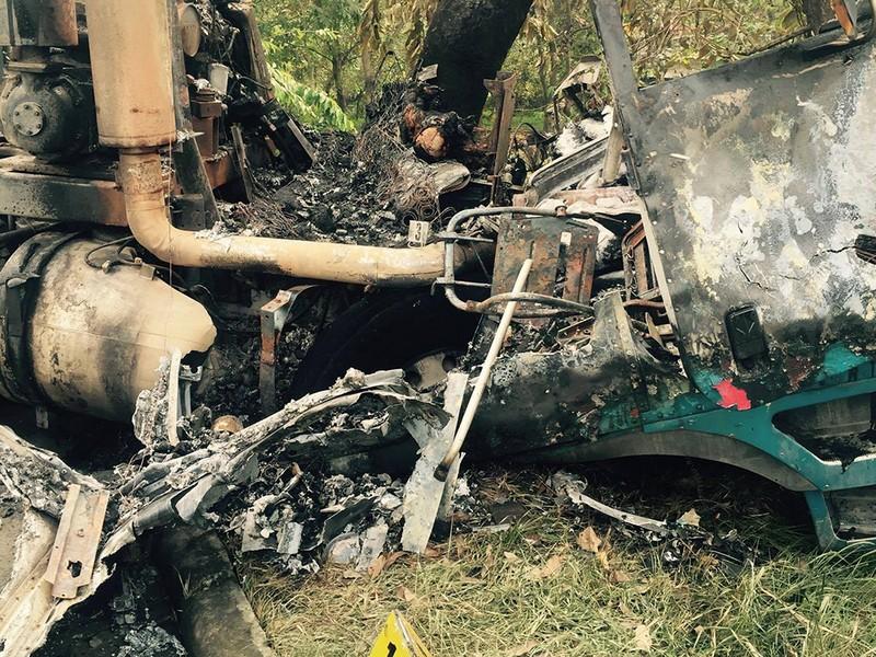 Tông gốc cây, tài xế xe bồn cháy trong cabin - ảnh 1