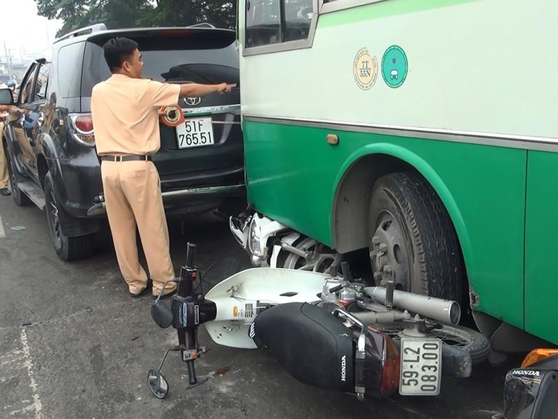 Xe buýt mất thắng cuốn nhiều xe máy ở dốc cầu Bình Điền - ảnh 2