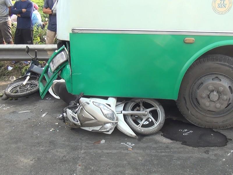 Xe buýt mất thắng cuốn nhiều xe máy ở dốc cầu Bình Điền - ảnh 1