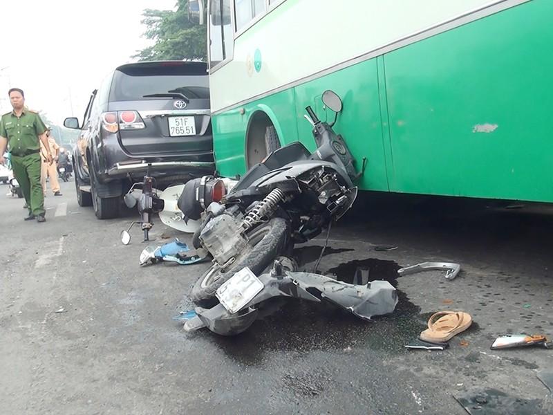 Xe buýt mất thắng cuốn nhiều xe máy ở dốc cầu Bình Điền - ảnh 3