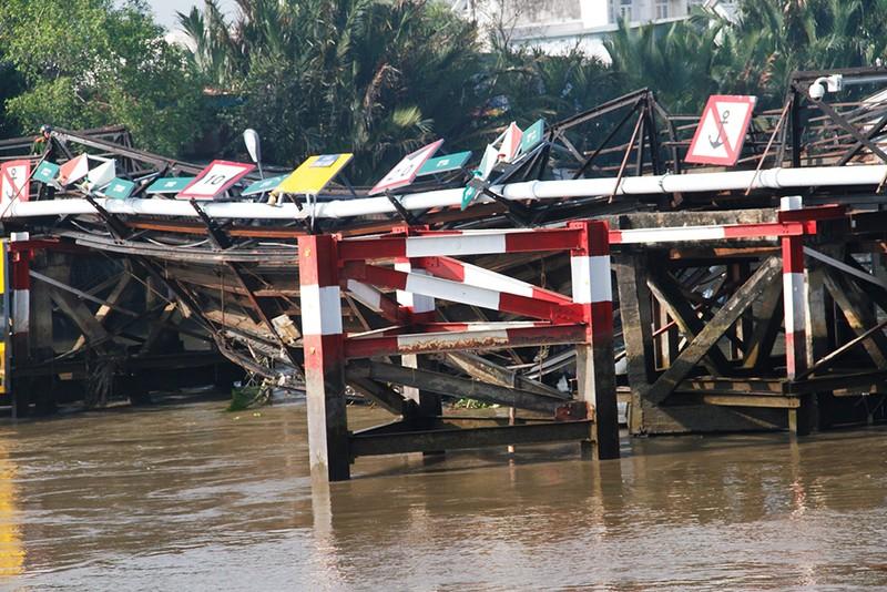 Theo quan sát một nhịp cầu bị nghiêng oặt xuống sông Long Kiển, nhiều kết cấu thép bị vặn xoắn, đứt gãy nghiêm trọng.