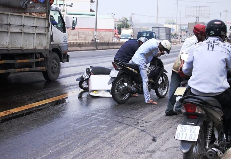 Dầu tràn trên đường, hàng loạt xe máy bị té ngã - ảnh 2