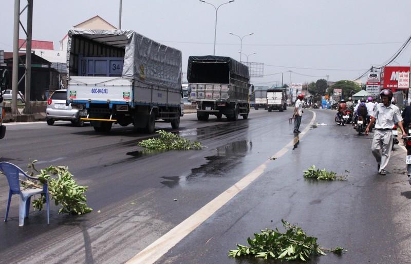 Dầu tràn trên đường, hàng loạt xe máy bị té ngã - ảnh 3