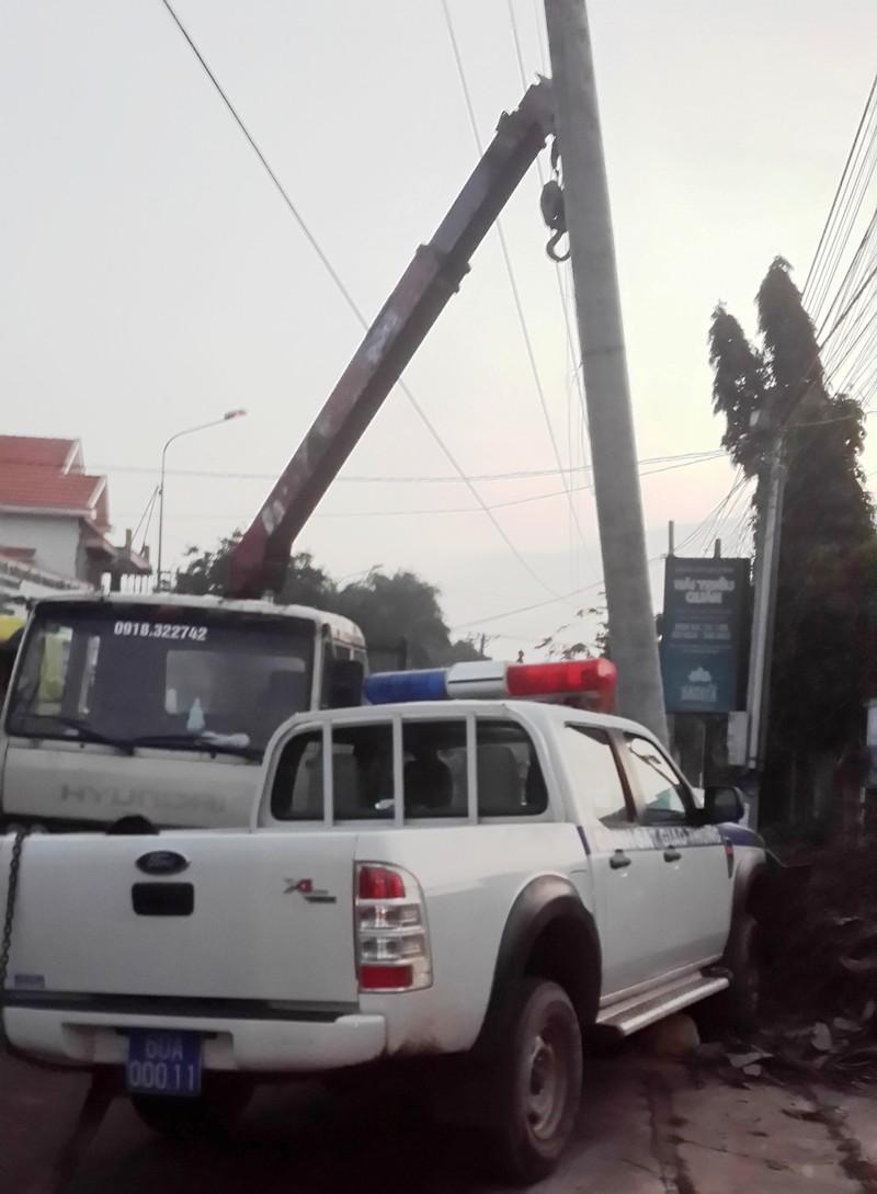 Truy bắt hai đối tượng trộm chó, xe CSGT đâm vào cột điện - ảnh 1