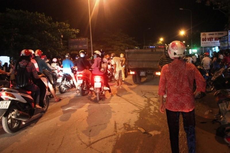 Ba người trong một gia đình chết thảm dưới bánh xe container - ảnh 2