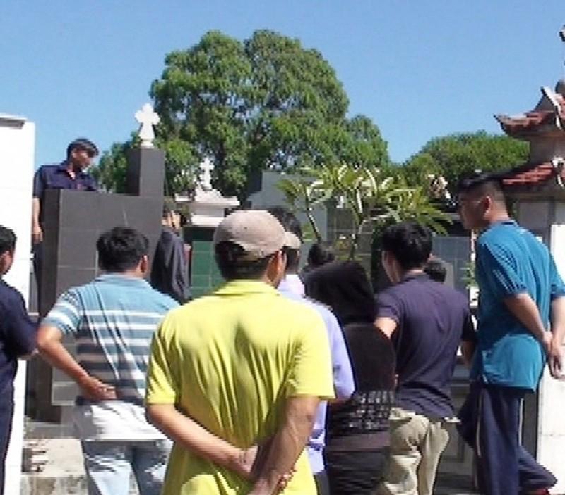 Hoảng hốt phát hiện người đàn ông treo cổ trên ngôi mộ cao - ảnh 1