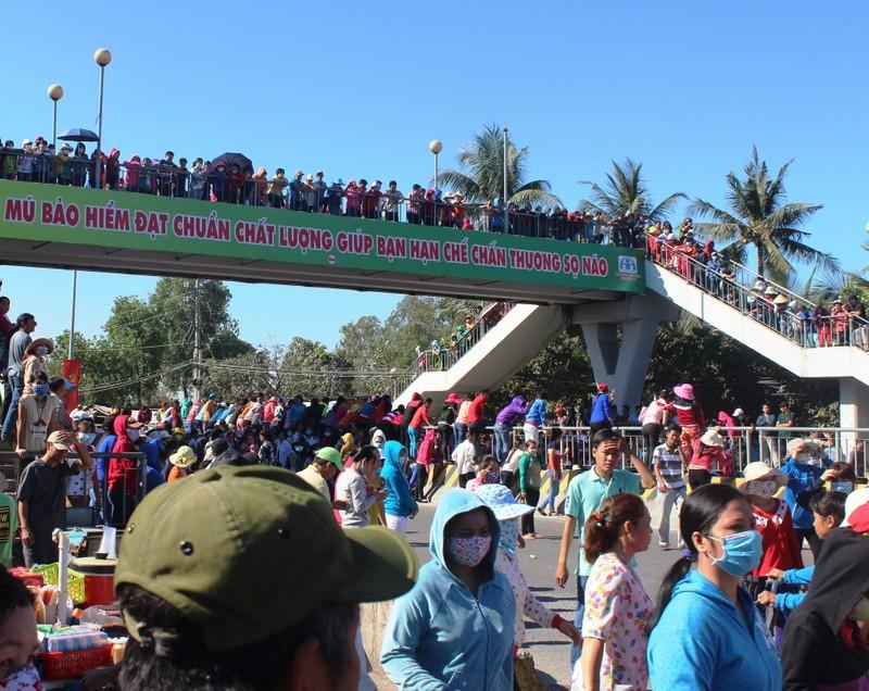 Quốc lộ 1K tê liệt vì công nhân Công ty Pouchen Việt Nam ngừng việc  - ảnh 2