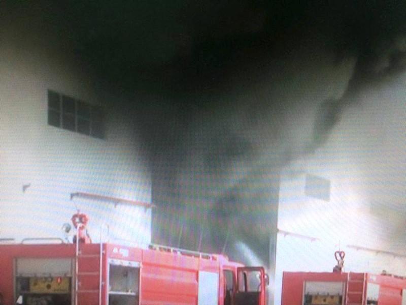Cháy kho chứa nguyên liệu, công nhân hoảng loạn bỏ chạy thoát thân - ảnh 1