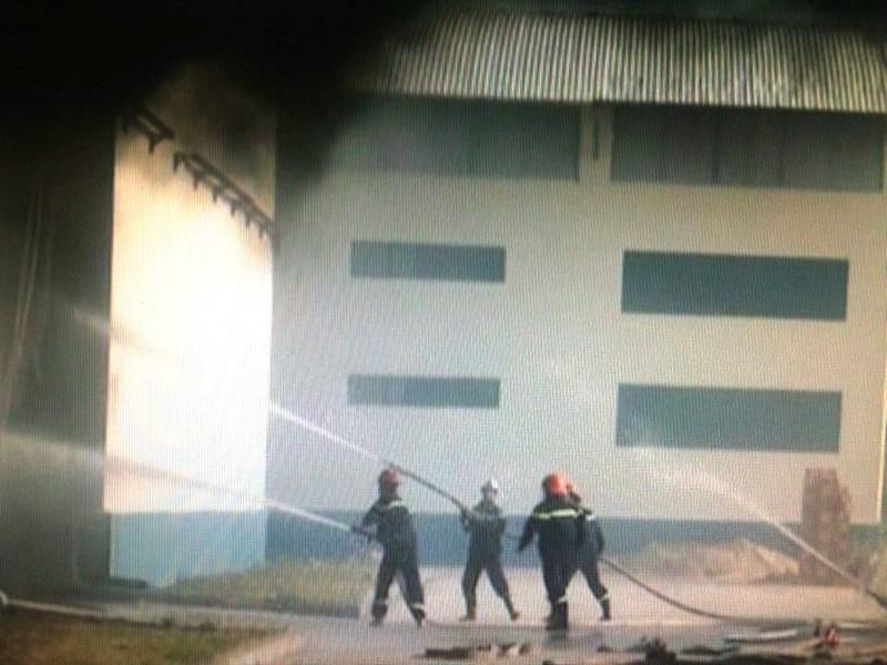 Cháy kho chứa nguyên liệu, công nhân hoảng loạn bỏ chạy thoát thân - ảnh 2