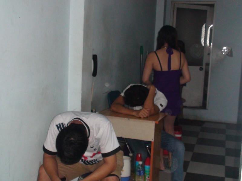 Bắt quả tang hàng chục nhân viên massage đang kích dục cho khách - ảnh 1