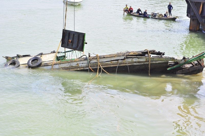Trục vớt thành công tàu đẩy sà lan đâm sập cầu Ghềnh - ảnh 3