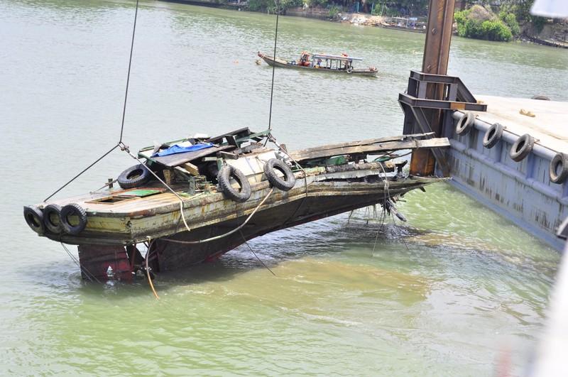 Trục vớt thành công tàu đẩy sà lan đâm sập cầu Ghềnh - ảnh 4