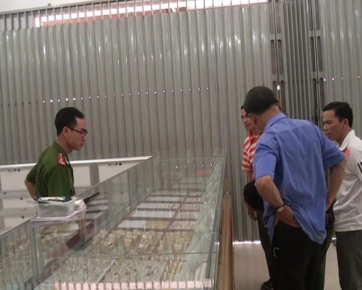 Nghi án tiệm vàng bị lấy trộm 30 lượng vàng lúc giữa trưa - ảnh 2