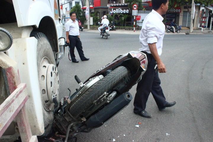 Né xe rẽ phải, xe máy bị xe bồn cán nát  - ảnh 4