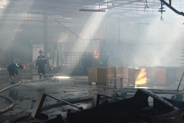 Cháy dữ dội: Hơn 8.000 m2 xưởng gỗ bị thiêu rụi - ảnh 5