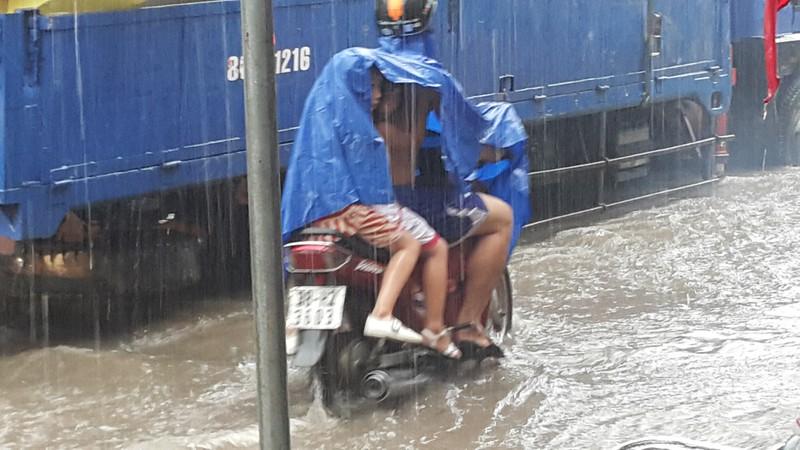 Biên Hòa: Hàng ngàn người bì bõm lội nước tìm đường về nhà - ảnh 2
