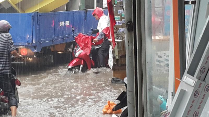 Biên Hòa: Hàng ngàn người bì bõm lội nước tìm đường về nhà - ảnh 4