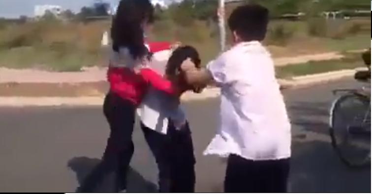 Lập hội đồng xử lý các học sinh trong hai clip nữ sinh bị đánh - ảnh 1