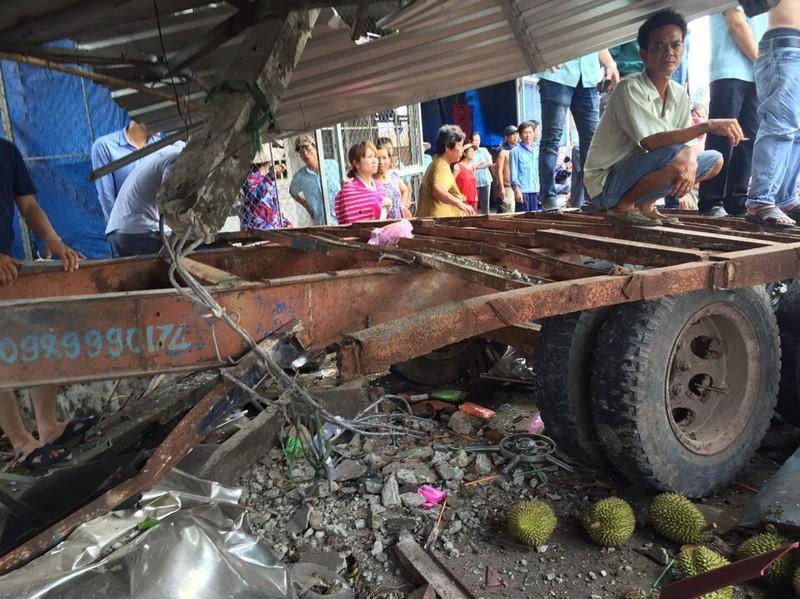 Rờ moóc bất ngờ bung khỏi xe kéo gây tai nạn nghiêm trọng - ảnh 2