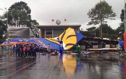 Đồng Nai: Bức tường sắt cao 30 m đổ sập trong mưa - ảnh 1