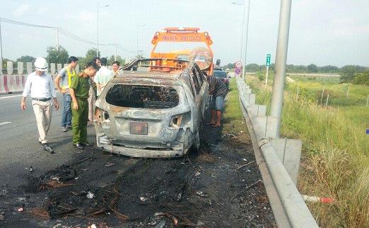 Xế hộp cháy rụi khi đang lưu thông trên đường cao tốc - ảnh 2