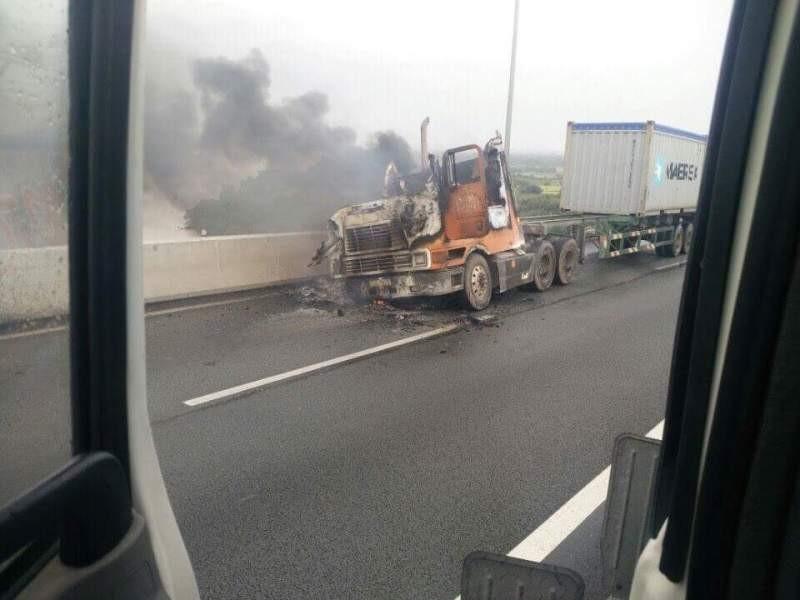 Cháy xe container trên cao tốc TP.HCM - Long Thành - ảnh 4