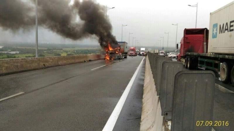 Cháy xe container trên cao tốc TP.HCM - Long Thành - ảnh 1