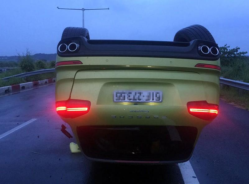 Chiếc siêu xe nằm phơi bụng trên cao tốc. Ảnh do VECE cung cấp
