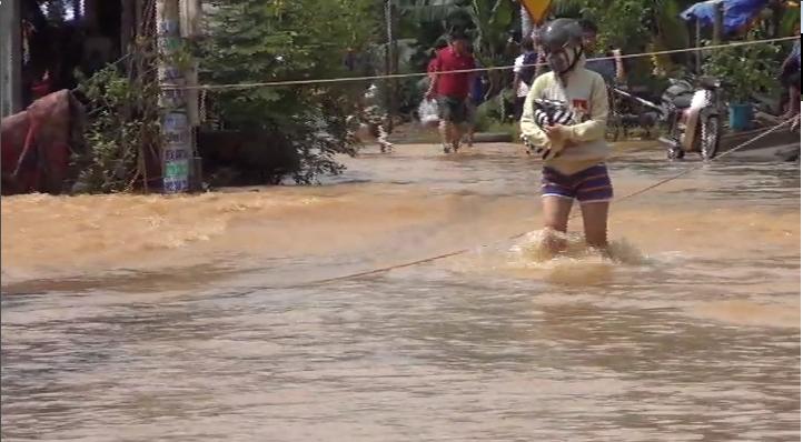Biên Hòa ngập lụt, người dân giăng dây để đi về nhà - ảnh 1