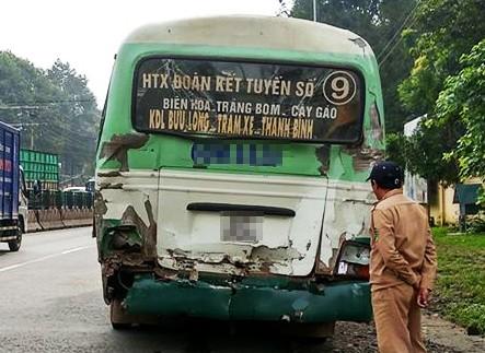 Container đâm đuôi xe buýt đang dừng đèn đỏ - ảnh 1