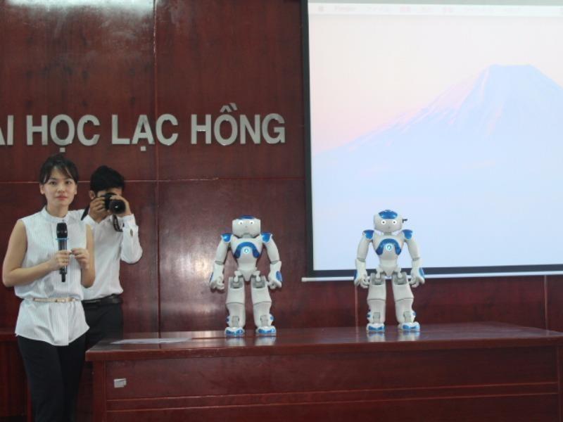 Hai Robot NAO được Trường đại học Lạc Hồng mua về. Ảnh: TIẾN DŨNG