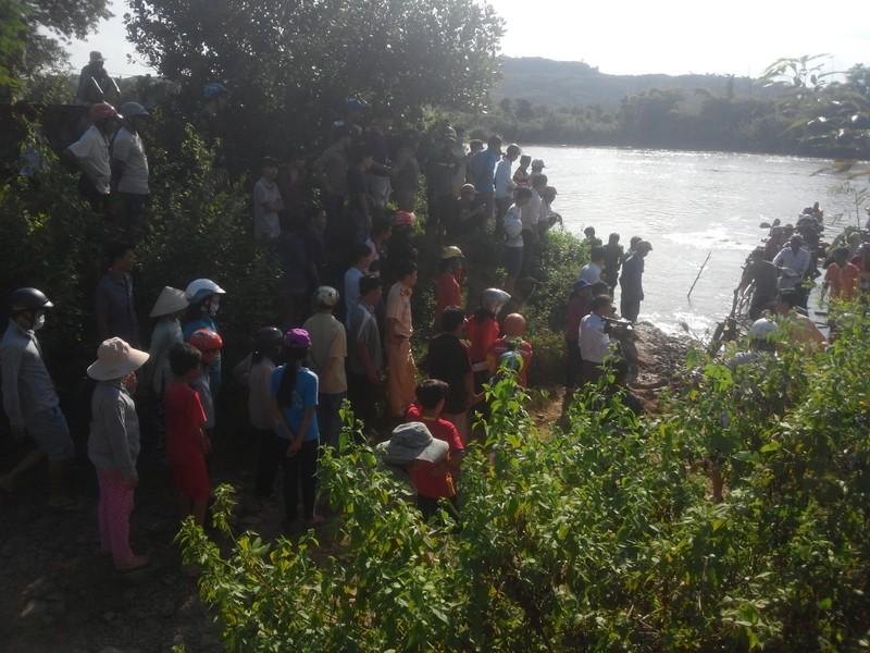 Sập cầu treo, 4 người rơi xuống sông Đồng Nai - ảnh 4