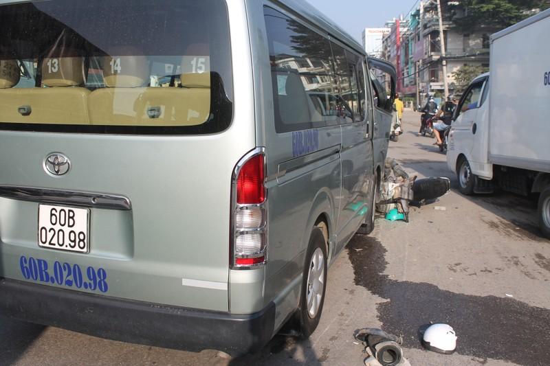 Xe ben và xe du lịch tông nhau, xe máy vạ lây - ảnh 1