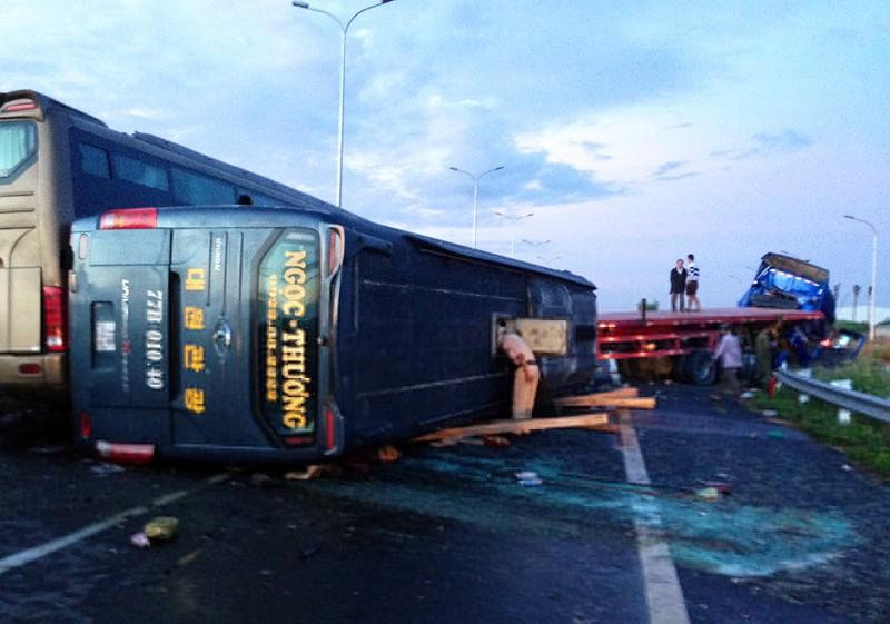 Ô tô khách bị nạn trên cao tốc Long Thành - Dầu Giây - ảnh 1