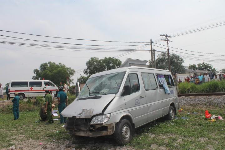 Tàu hỏa tông xe khách, 2 người tử vong tại chỗ - ảnh 1