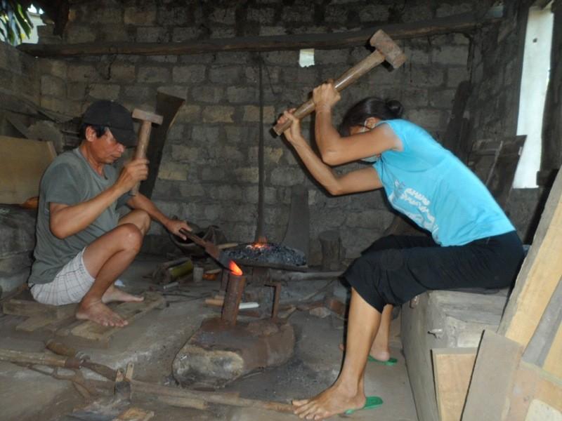 Bố mẹ thợ rèn nuôi ba con đậu ĐH Y Hà Nội - ảnh 1